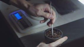 手放置在水烟筒碗的芬芳水多的红色烟草 shisha的准备 股票录像