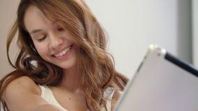 拍在片剂计算机上的愉快的妇女selfie照片 在家摆在微笑的女孩 股票录像