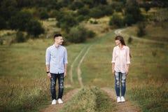 拥抱疯狂的年轻的夫妇情感地获得乐趣,亲吻和户外 一起有的乐趣 库存图片