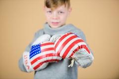 拳击体育 为争吵准备 确信对他的力量 开始把事业装箱 男孩运动员戴着拳击手套与 免版税库存照片