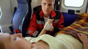 拿着患者的手、卫生保健和道义上的支持,仁慈的男性医务人员 免版税库存图片