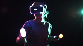 拿着现代移动控制器的VR耳机的Playin女孩 股票录像