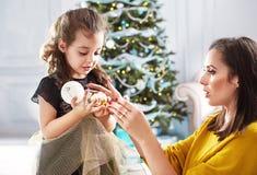 拿着玻璃球的母亲和女儿 免版税库存照片