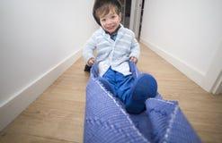 拉扯地毯通过有儿童飞行员的家庭走廊 免版税库存图片