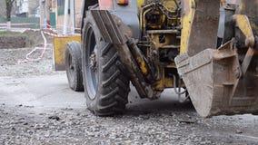 拖拉机在被开掘的坑附近站立 股票视频