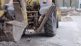 拖拉机在被开掘的坑附近站立 股票录像