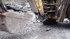 拖拉机在被开掘的坑附近站立 影视素材