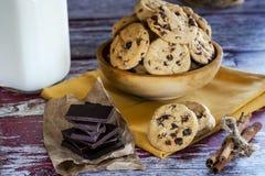 曲奇饼挤奶和巧克力 免版税库存图片