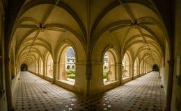 曲拱和门廊在fontevraud修道院修道院里 库存照片