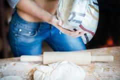 性感女孩腹部、面团、面粉袋子和滚针特写镜头  性感的年轻女人在厨房里准备面团 库存照片