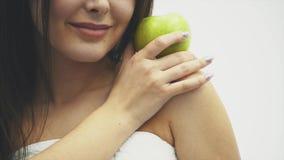 性感美丽的身体的妇女减肥 举办健康的绿色脂肪团 减肥和健康吃的健身女孩 股票录像