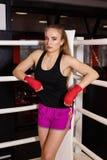 性感的拳击女孩立场在竞争圆环绳索倾斜了  豪华女性模型时兴的画象  免版税库存图片