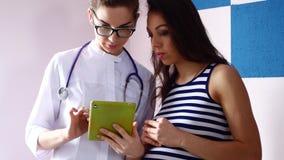 怀孕、妇科学、医学、医疗保健和人概念-妇产科医师医生和孕妇会议在 影视素材