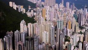 洪海岛kong 飞行在办公楼和摩天大楼的紧的空中向前射击 股票视频