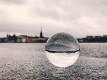 斯德哥尔摩市看法有河、天空和水晶球的 库存照片