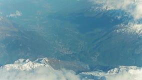 斯诺伊montain峰顶和遥远的高山镇谷的 股票录像