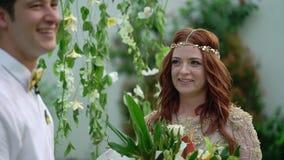 新娘仪式新郎婚礼 热带庭院晚上 可爱的新婚佳偶夫妇 股票视频