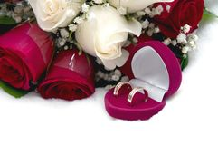新娘花束和婚戒 免版税库存照片