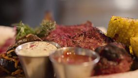 新水多的肉片与紧密vegetbles的 说谎在板材的鲜美肉用玉米、调味汁和绿色 服务 影视素材