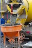 新维德,德国- 2019年2月1日:卡车司机等待直到从灰浆运输者的临死流程到水泥筒仓里 免版税图库摄影