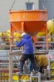 新维德,德国- 2019年2月1日:建筑工人填装灰浆入在一个建筑工地的预铸的段 免版税库存照片