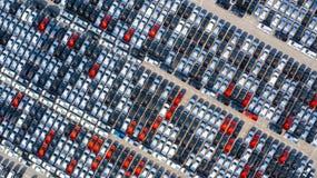新的汽车在企业汽车进口的口岸排队了并且出口后勤,鸟瞰图 免版税库存图片