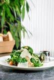 新鲜和健康沙拉在现代厨房里 沙拉用乳酪和肉 免版税库存照片