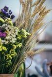 新鲜的多彩多姿的statice萨利姆或补血草属在紫罗兰色,桃红色,白色,黄色颜色和干燥耳朵的sinuatum花花束在a 免版税图库摄影