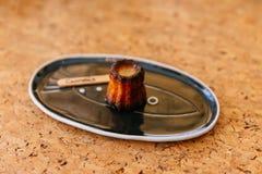 新鲜的被烘烤的Canelés,一个小法式酥皮点心调味用兰姆酒和香草以一个软和嫩乳蛋糕中心和黑暗 C 库存照片