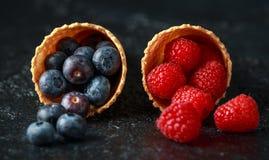 新鲜的蓝莓,莓,在奶蛋烘饼锥体的草莓 免版税库存图片