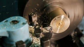 活动车床启用 黄铜空白的饰面操作在翻转机的与切割工具 老转动的车床机器 影视素材