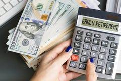 活跃与计算机的妇女计划提前退休和她的退休金的储款 库存图片