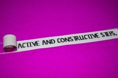 活跃和建设性步骤发短信,启发和正面震动概念在紫色被撕毁的纸 图库摄影