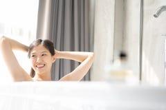 放松在浴的年轻亚裔妇女 图库摄影