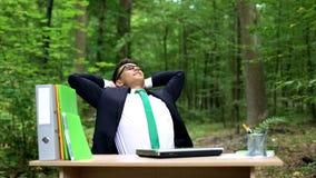 放松户外在勤勉,环境友好的办公室以后的成功的商人 免版税库存照片