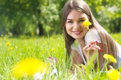 放置在草的妇女在公园 免版税库存图片
