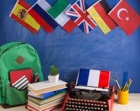 政治,新闻和教育法国的概念-红色打字机,旗子和其他国家,背包,书,文具 免版税库存照片