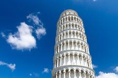 斜塔在Piazza del Miracoli广场,天空蔚蓝的托尔二比萨有白色云彩背景 免版税库存照片