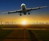 Æreo a reazione che decolla dalla pista dell'aeroporto per il viaggio e i logis Fotografia Stock Libera da Diritti