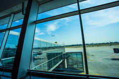 Æreo a reazione di aereo di linea di Kiev, Ucraina che sorvola aeroporto fotografia stock libera da diritti