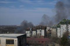 火在Julino Brdo的解决在丘卡里察的自治市的 免版税库存图片