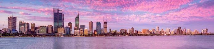 珀斯市由天鹅河的澳大利亚西部风景在晚上 免版税库存图片