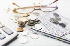 硬币和储蓄账户帐薄在办公桌桌,攒钱概念,选择聚焦上 免版税库存图片