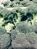硬花甘蓝和花椰菜,在条板箱的新鲜的硬花甘蓝在市场上 免版税图库摄影