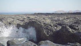 碰撞在岩石海岸上的动荡海浪接近的slomo射击  股票视频
