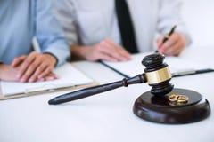离婚判决婚姻的溶解或取消,丈夫和妻子在离婚过程中与律师或顾问和 免版税库存照片