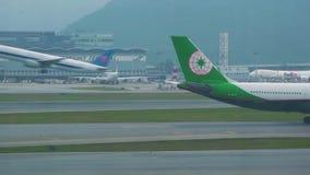 离开从跑道的飞机在现代机场终端 继续前进跑道的飞机在登陆以后在机场香港 股票录像