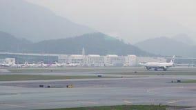 离开从跑道的飞机在现代机场终端 继续前进跑道的飞机在登陆以后在机场香港 影视素材