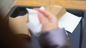 离开女性的顾客投掷在塑料盘子的使用的组织和,粗心大意 股票录像