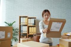 种族妇女开头箱子在邮局 免版税图库摄影